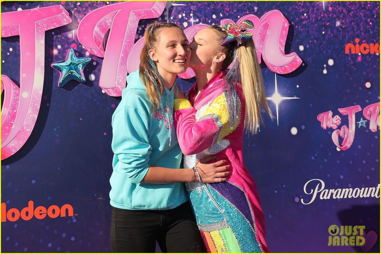 jojo siwa kisses kylie prew j team premiere 024615971