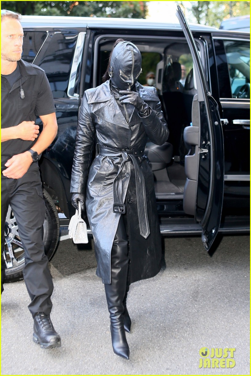 kim kardashian incognito arrival in nyc 02