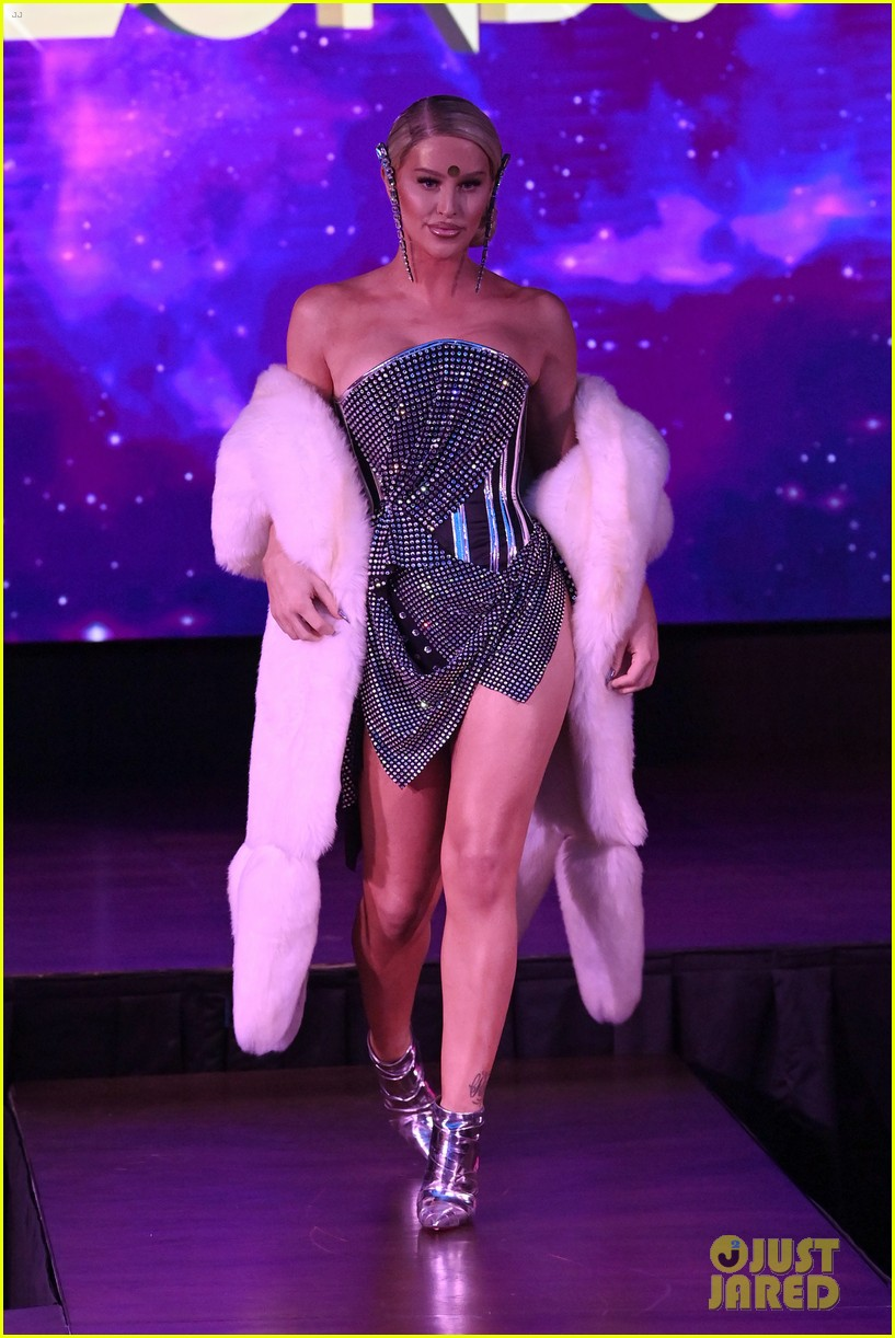 paris hilton walks runway blonds fashion show 084621943