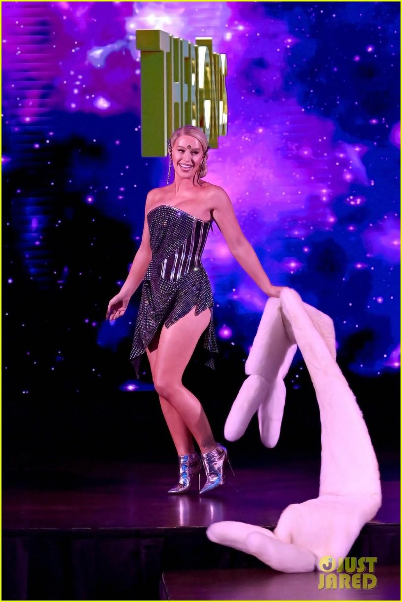 paris hilton walks runway blonds fashion show 184621953