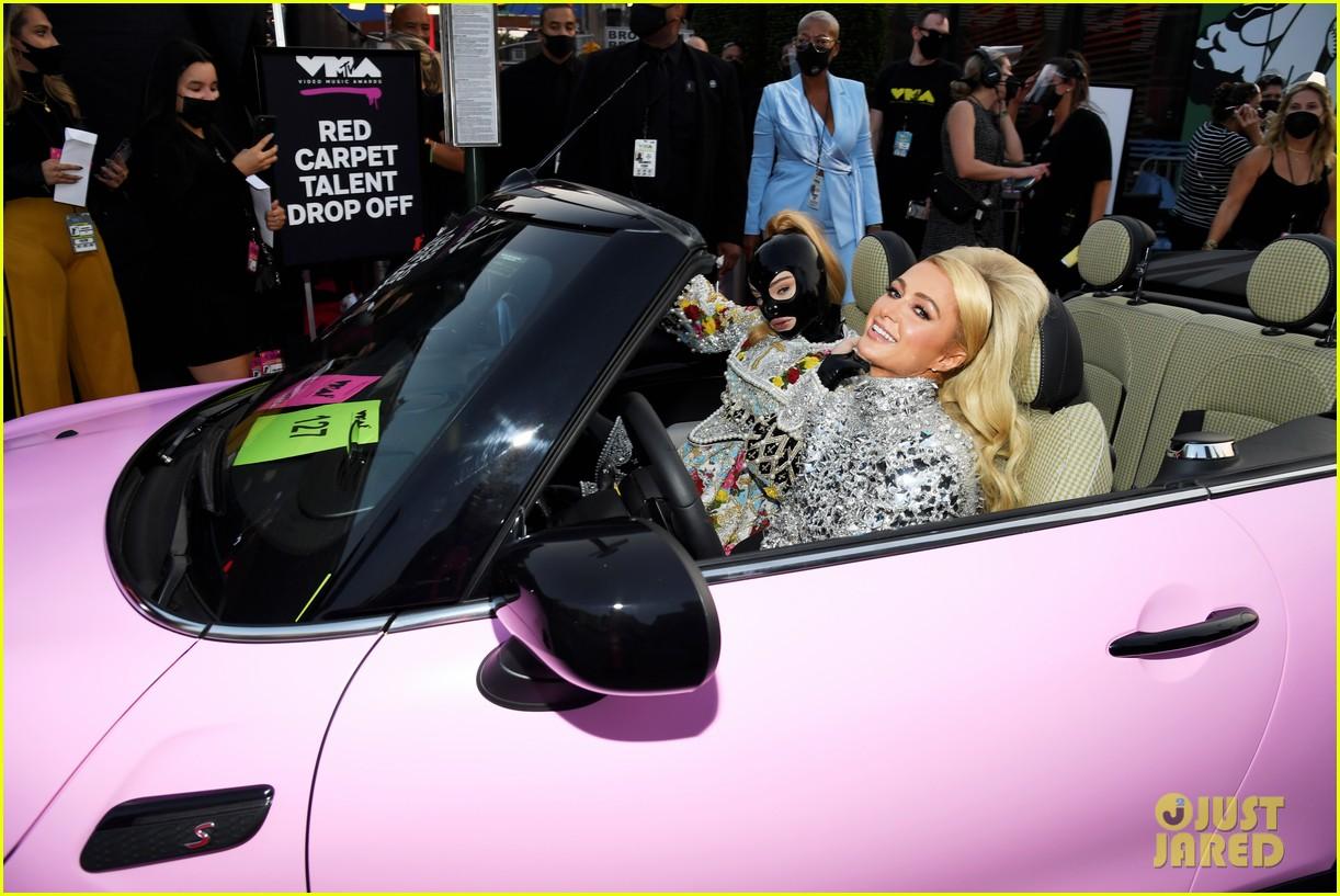 paris hilton kim petras arrive in pink convertible vmas 054621150