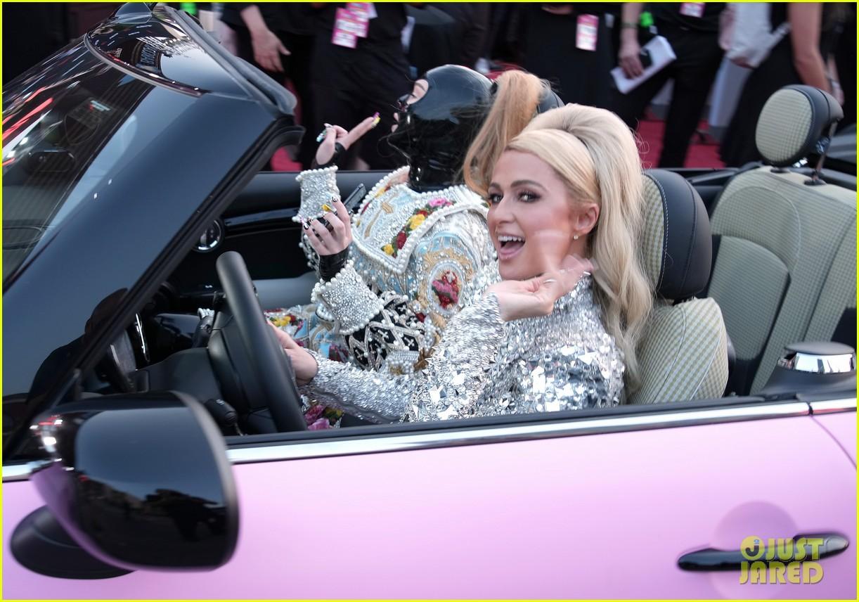 paris hilton kim petras arrive in pink convertible vmas 084621153