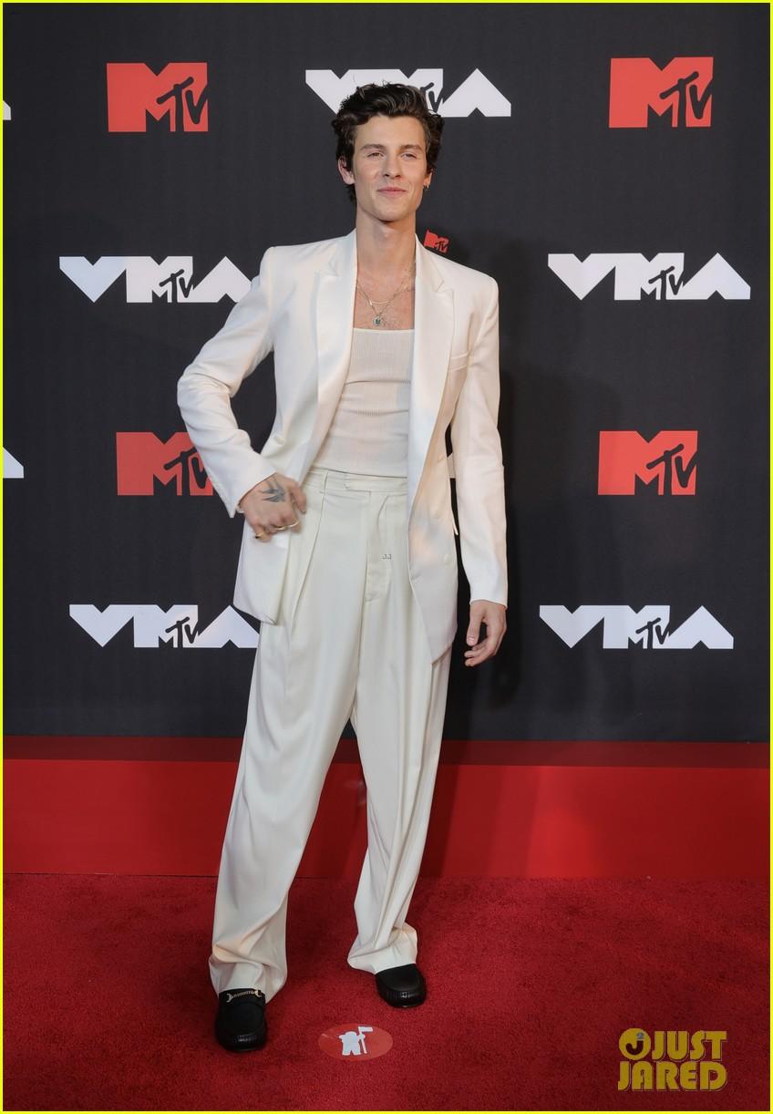 shawn mendes white suit mtv vmas red carpet 124621019