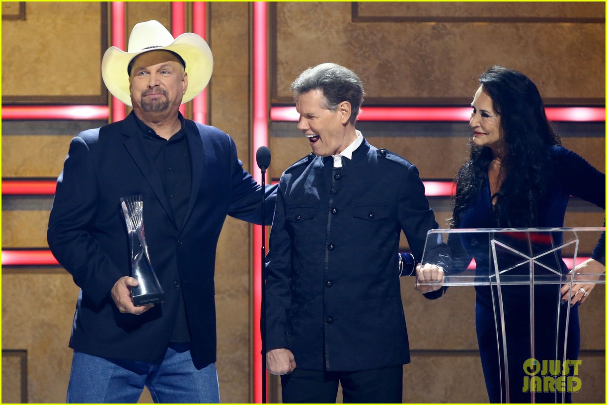 garth brooks randy travis more cmt aoty honors 014643594