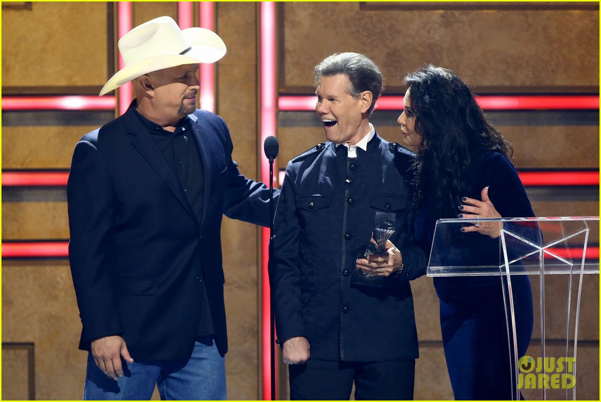 garth brooks randy travis more cmt aoty honors 024643595