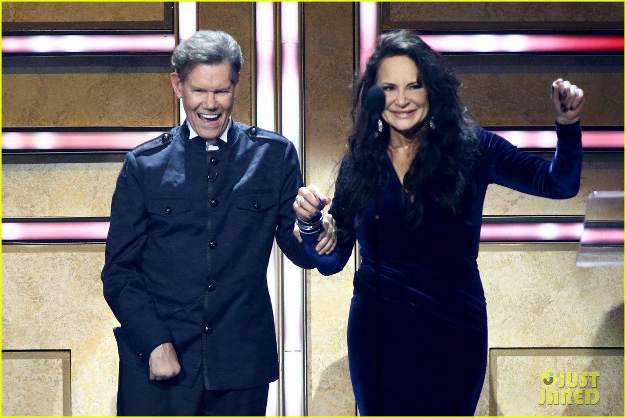 garth brooks randy travis more cmt aoty honors 064643599
