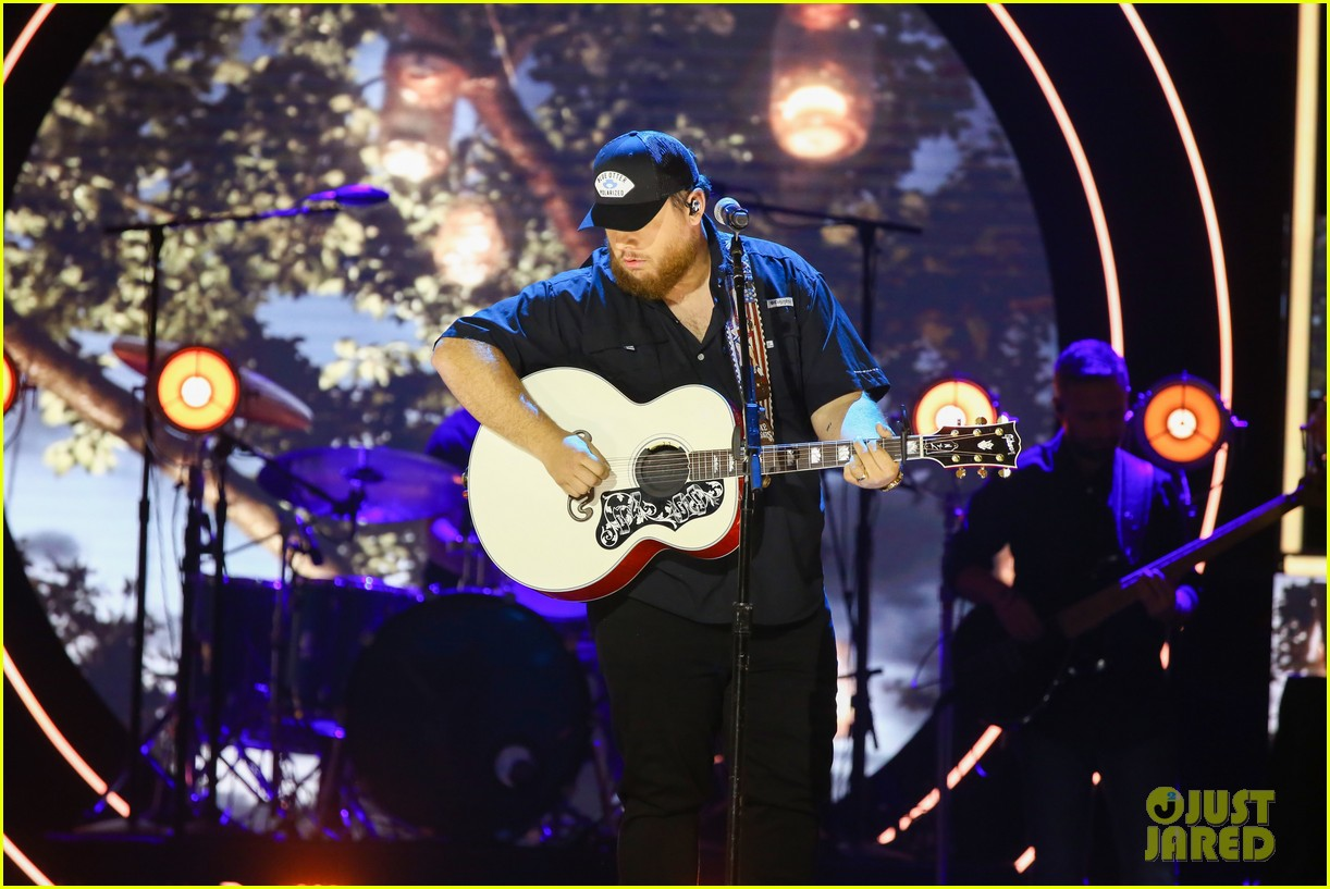 garth brooks randy travis more cmt aoty honors 244643617