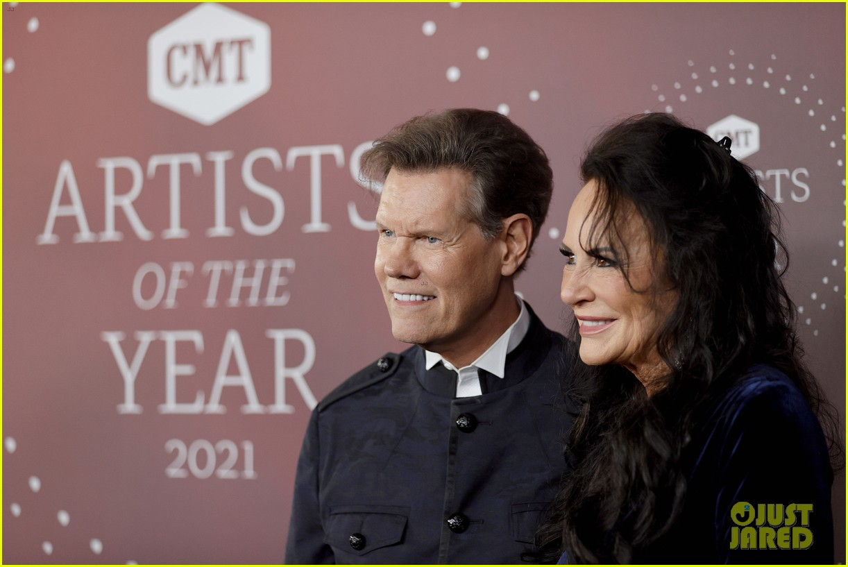 garth brooks randy travis more cmt aoty honors 274643620
