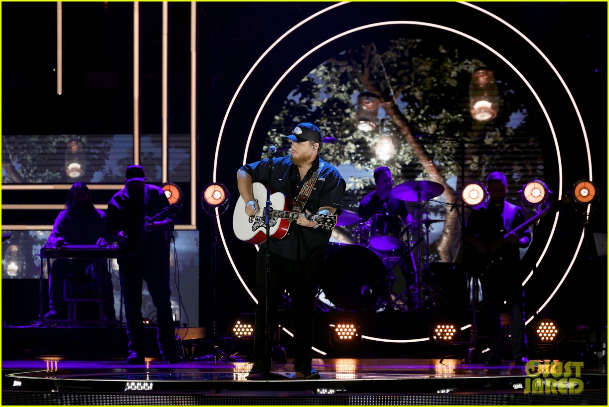 garth brooks randy travis more cmt aoty honors 324643625