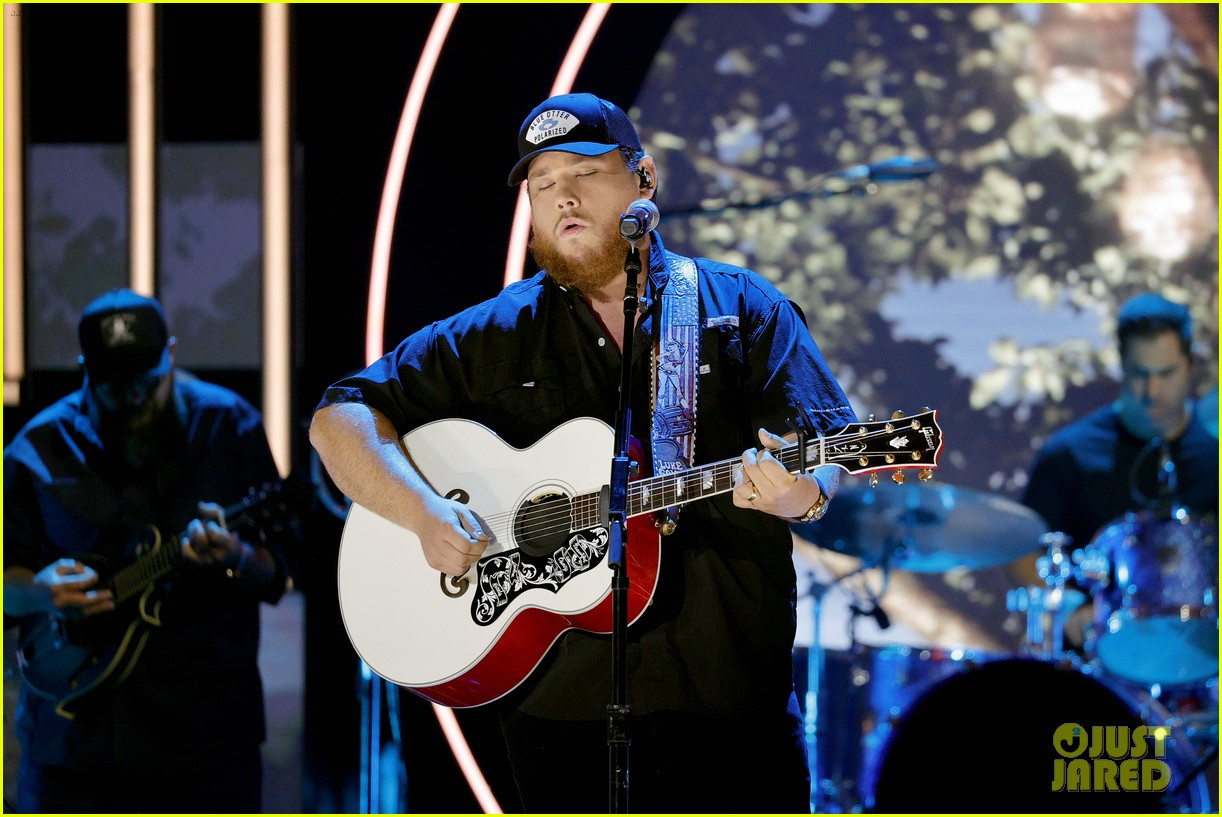 garth brooks randy travis more cmt aoty honors 334643626