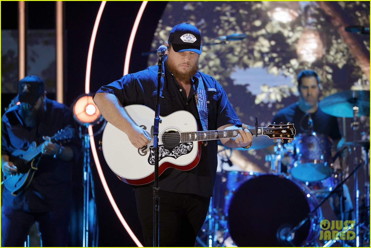 garth brooks randy travis more cmt aoty honors 364643629