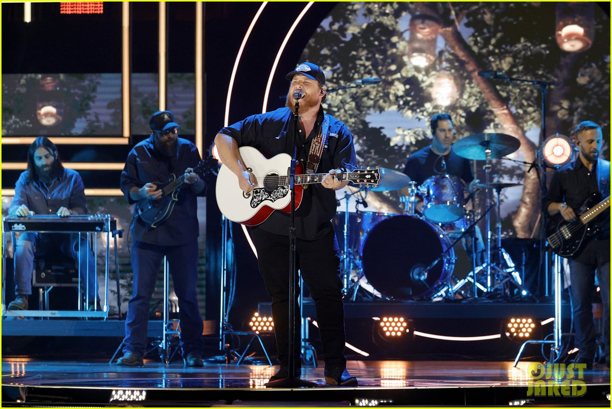 garth brooks randy travis more cmt aoty honors 374643630
