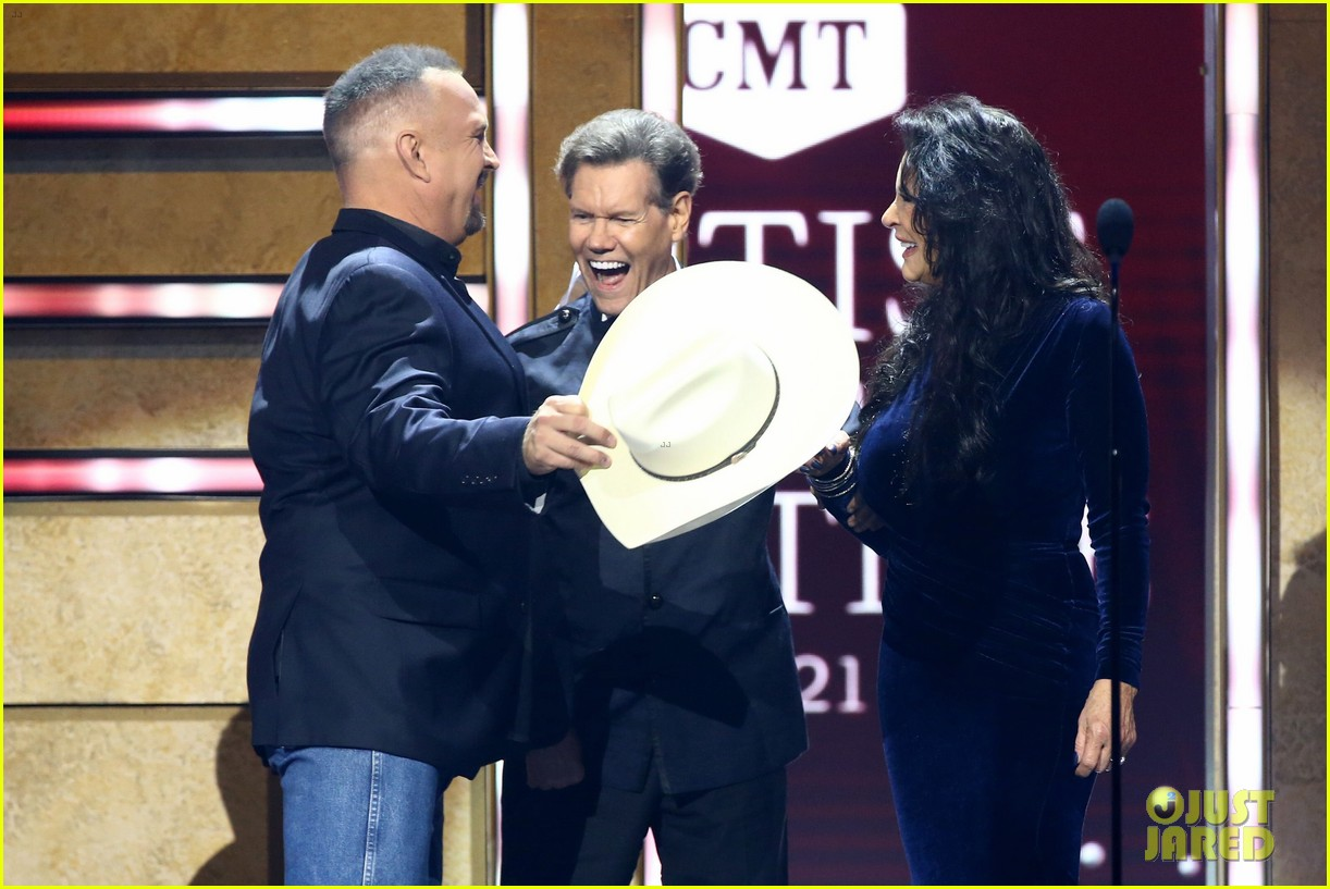 garth brooks randy travis more cmt aoty honors 404643633