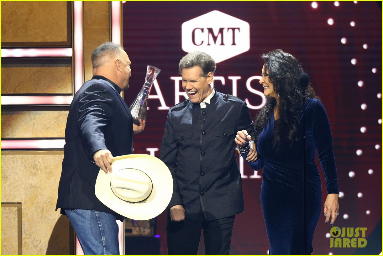 garth brooks randy travis more cmt aoty honors 414643634
