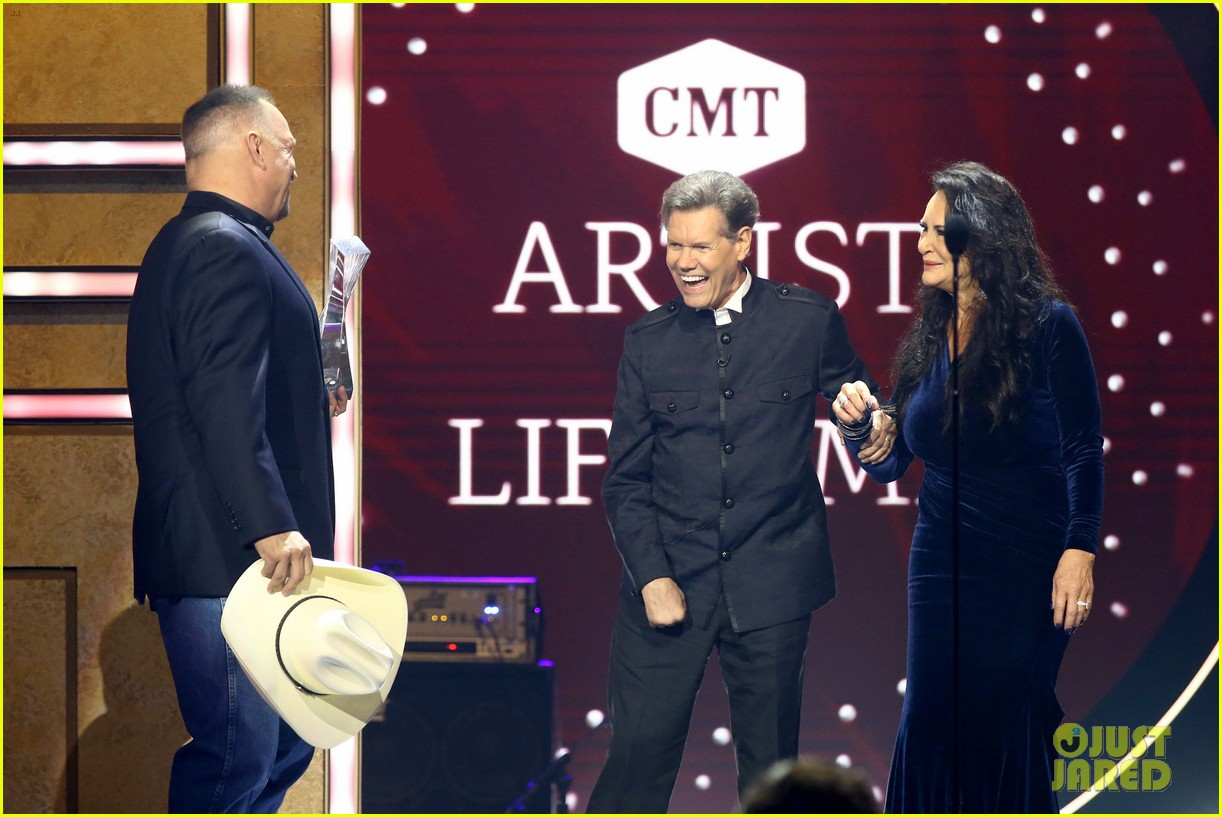 garth brooks randy travis more cmt aoty honors 424643635
