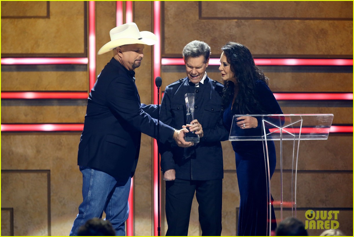 garth brooks randy travis more cmt aoty honors 434643636