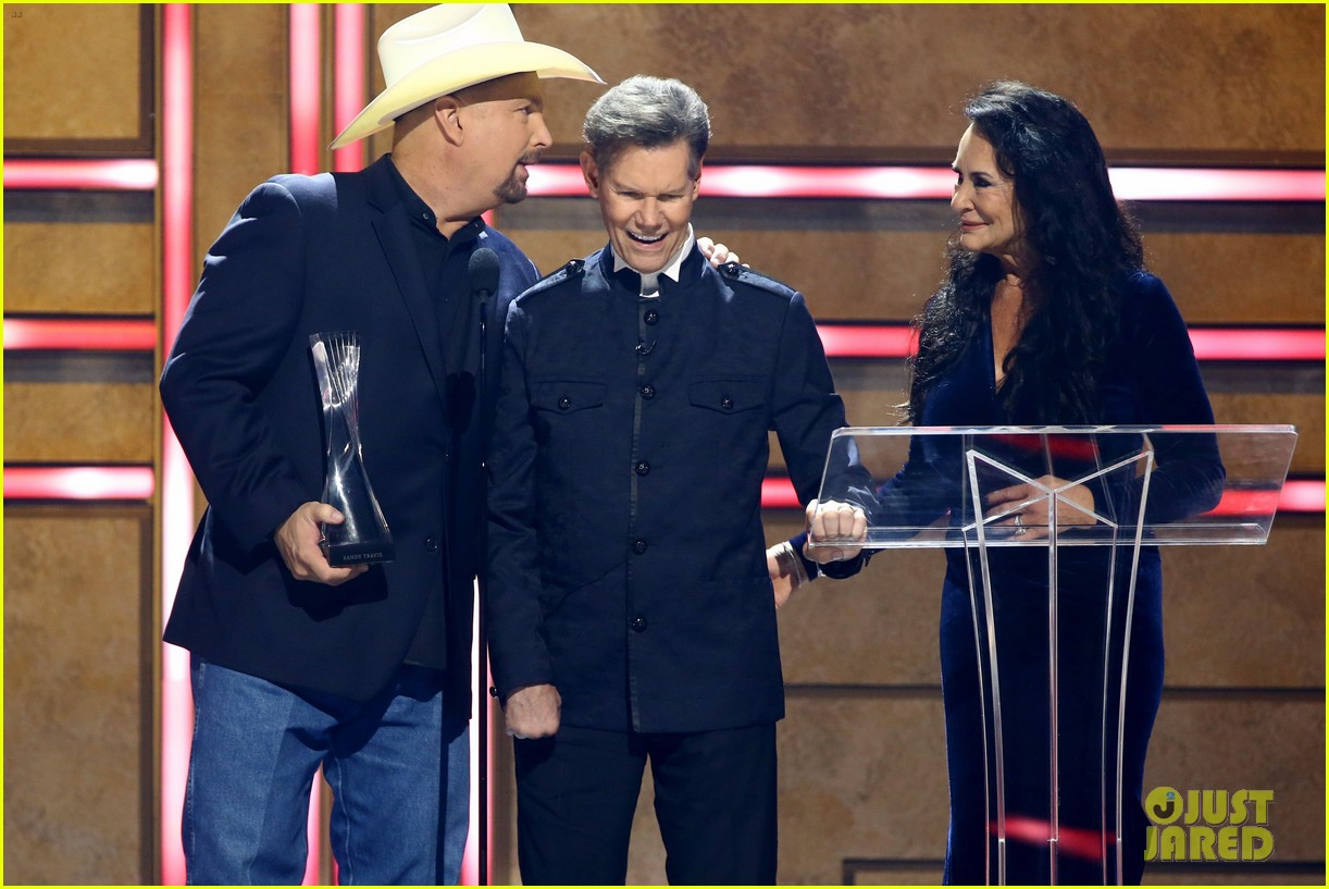 garth brooks randy travis more cmt aoty honors 444643637