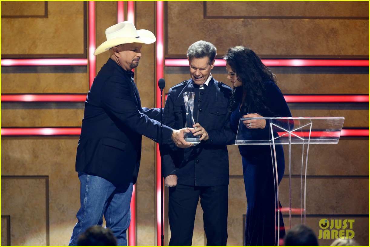 garth brooks randy travis more cmt aoty honors 454643638
