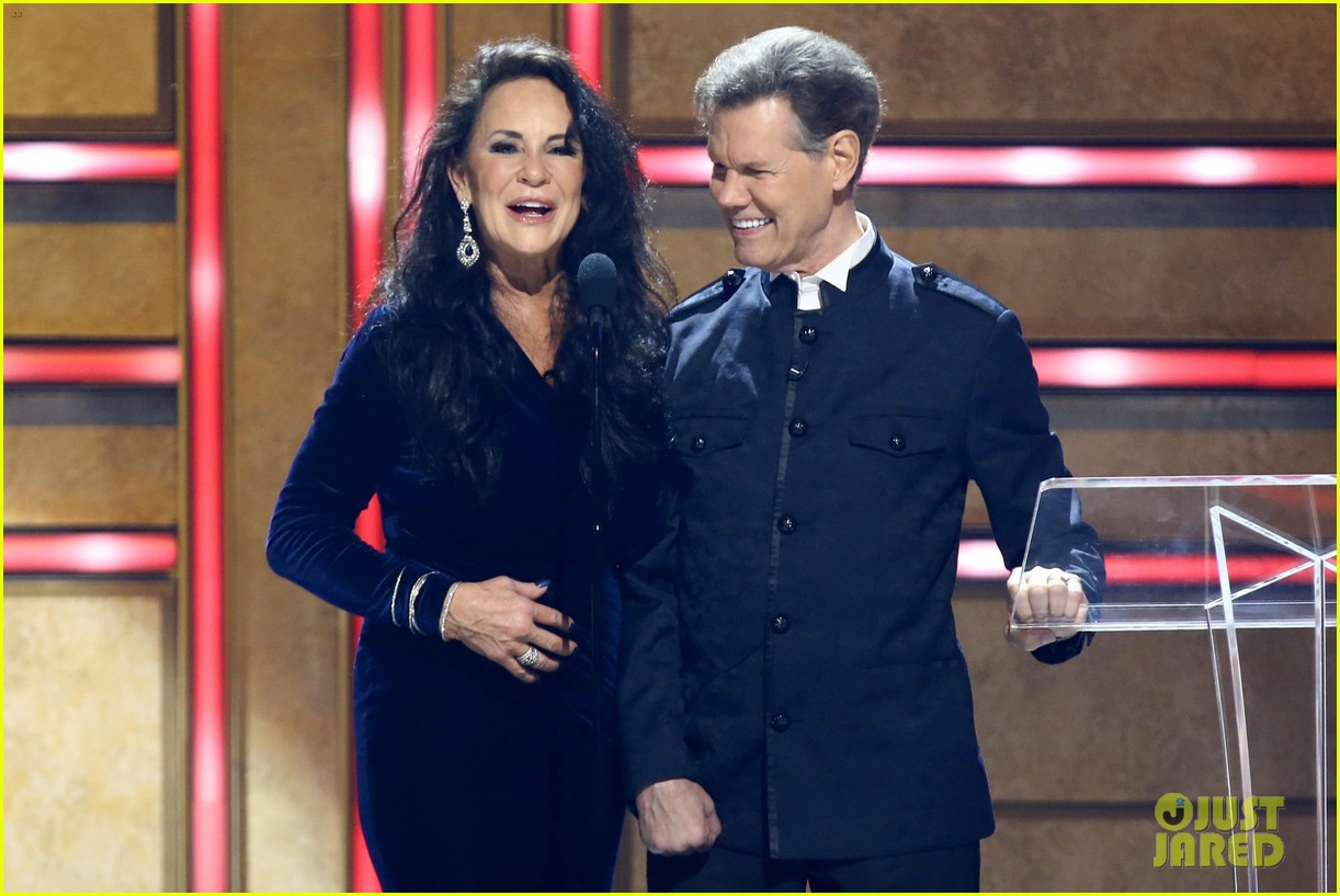 garth brooks randy travis more cmt aoty honors 464643639