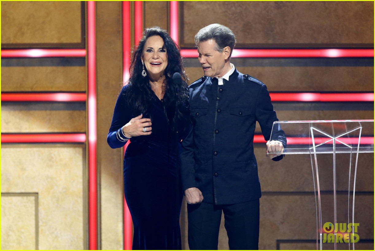 garth brooks randy travis more cmt aoty honors 474643640