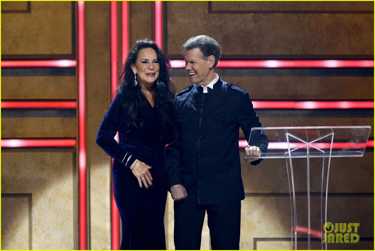 garth brooks randy travis more cmt aoty honors 484643641