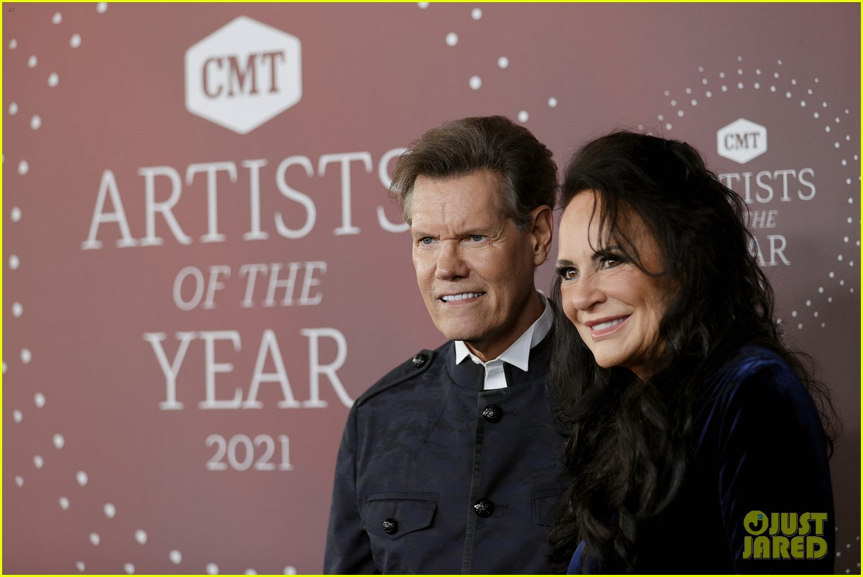 garth brooks randy travis more cmt aoty honors 514643644