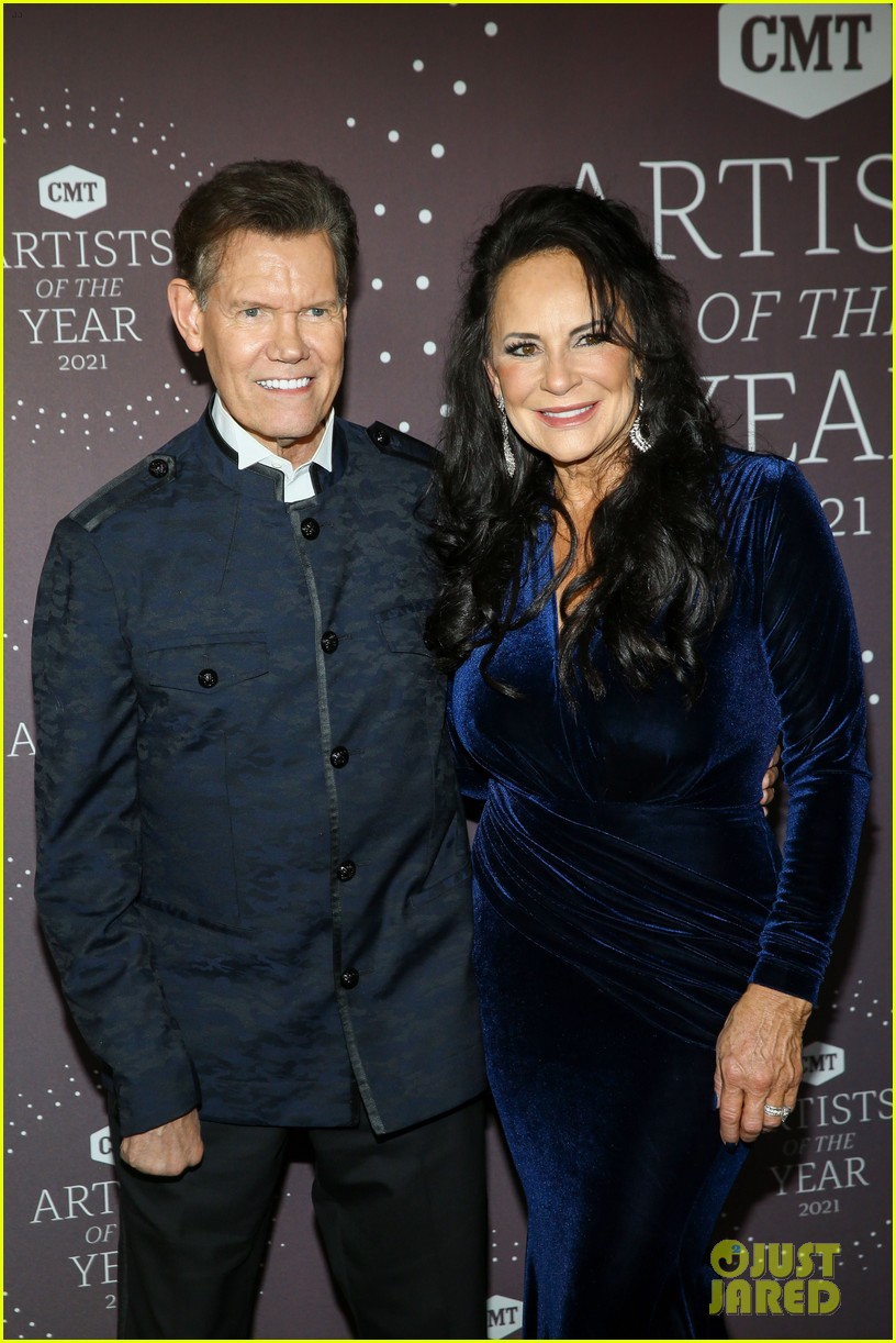 garth brooks randy travis more cmt aoty honors 534643646
