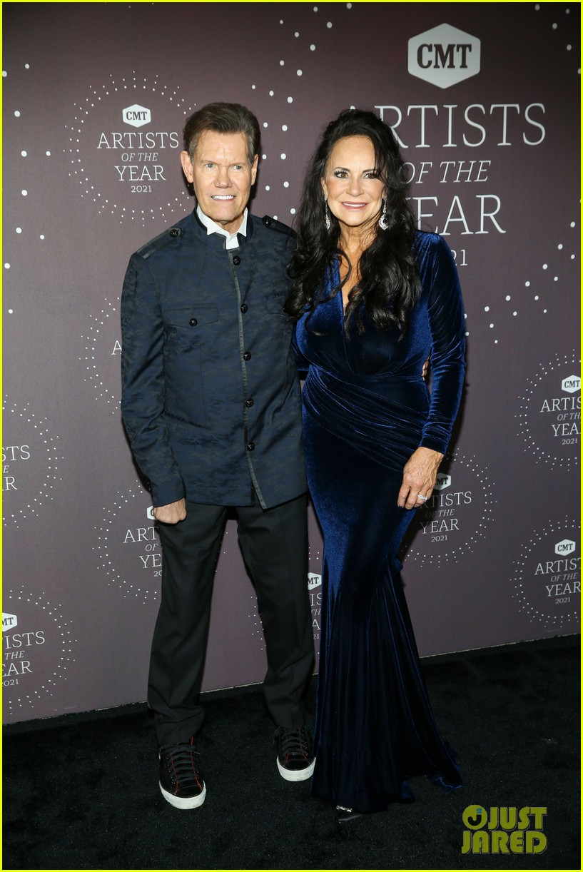 garth brooks randy travis more cmt aoty honors 574643650