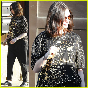 Pregnant Anne Hathaway Reportedly Has a 'Lot of Energy'