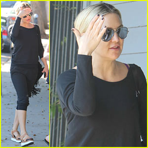 Kate Hudson Has Already Started Knitting Her Christmas Presents!