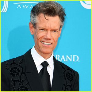 Randy Travis Gives Police Officer Special Christmas Surprise!