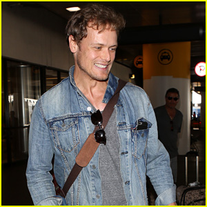 Sam Heughan Greets His Fans Upon Arrival in Los Angeles!