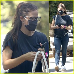 Jennifer Garner Wears a Mask Runing Errands in Brentwood