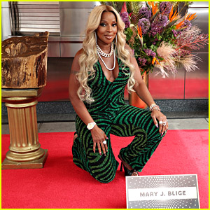 Mary J. Blige Looks Stunning While Being Inducted Into The Apollo's Walk of Fame!