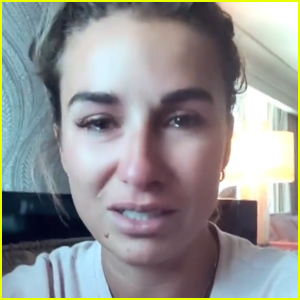 Jessie James Decker Discovers Body Shaming Reddit Page About Her & Cries