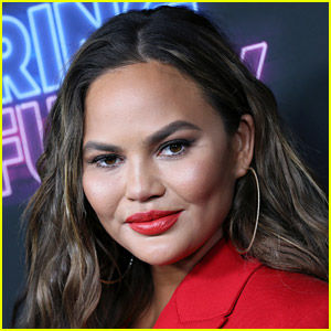 Chrissy Teigen Responds to Theory That She Deletes Negative Instagram Comments