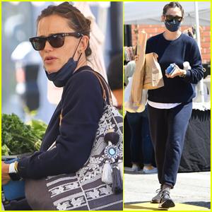 Jennifer Garner Picks Up Some Fresh Produce at the Farmer's Market