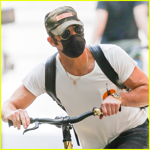 Justin Theroux Keeps Low Profile on Bike Ride in New York City