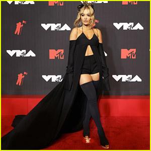 Rita Ora Makes Grand Entrance in Stunning Look at MTV VMAs 2021