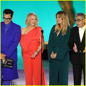 'Schitt's Creek' Cast Experiences 'Prompter Issues' While Presenting at Emmy Awards 2021